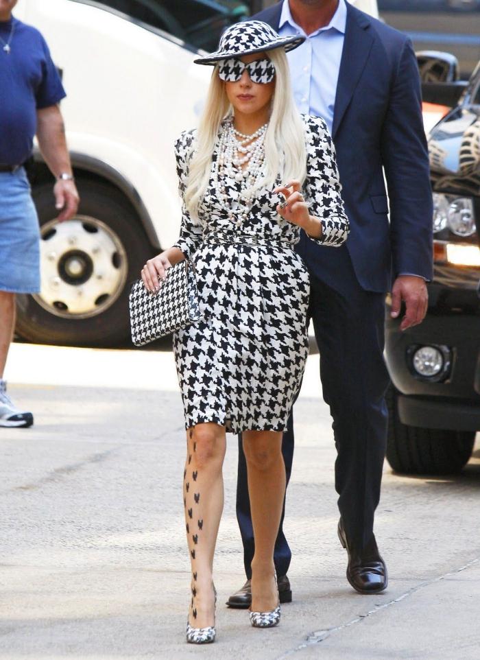 mode hiver 2019 femme, look total pied de poule de Lady Gaga habillée en robe blanc et noir avec accessoires pied de poule