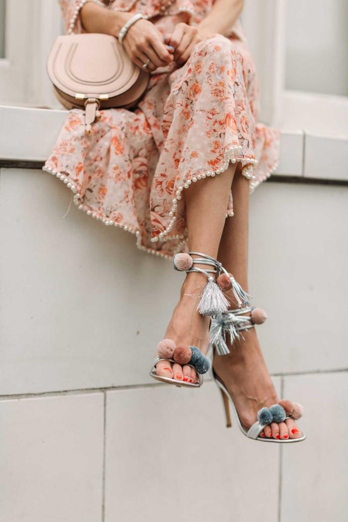 idée comment bien s'habiller femme, modèle de robe rose fleurie avec bordure en perles combinée avec sandales pompon