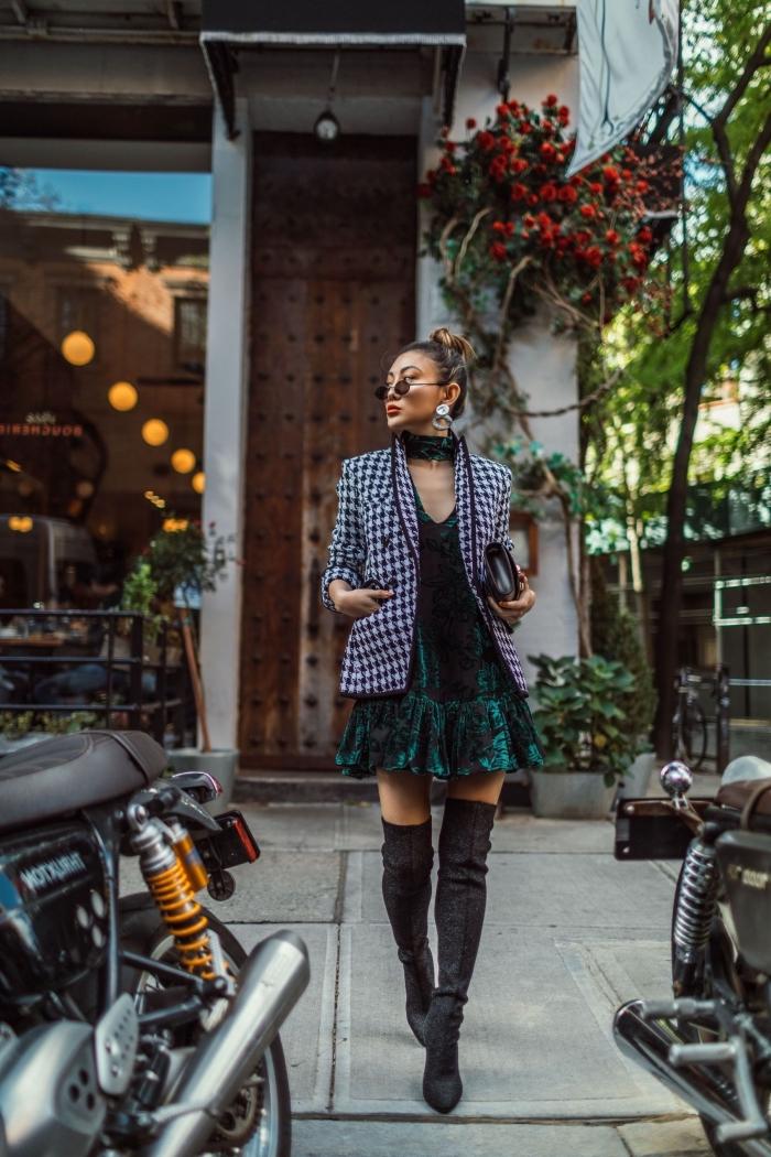 comment porter le pied de poule motif, tenue chic femme en robe courte combinée avec blazer et bottes genou