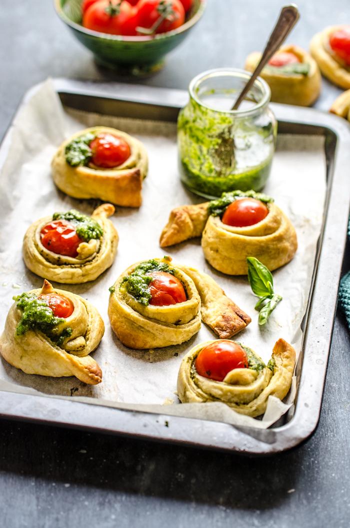escargots recette de petits roulés de bandes de feuilleté avec tomate cerise rouge au centre et pesto maison, apéritif dinatoire idées