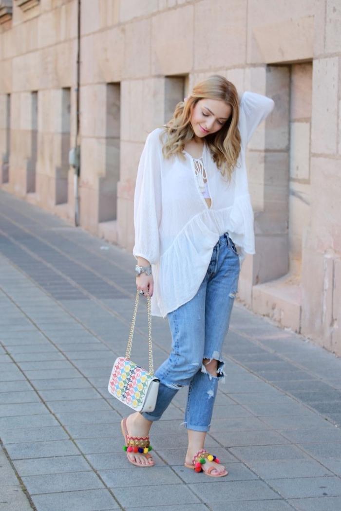 comment porter les jeans troués avec chemise blanche et accessoires tendance, modèle sandales plates pomponées