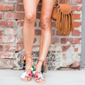 Les sandales à pompons : astuces et idées comment les porter ou fabriquer en un rien de temps