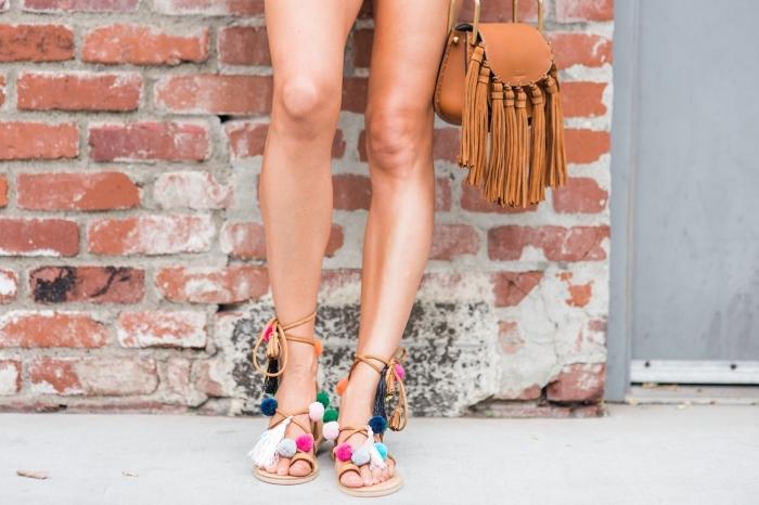 mode femme été de style bohème avec accessoires personnalisés, diy sandales pompon, modèle sac à main bohème