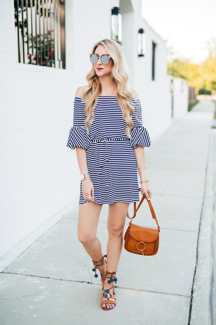comment bien s'habiller en été femme, modèle de robe courte été combinée avec sandales pompon et sac cuir marron