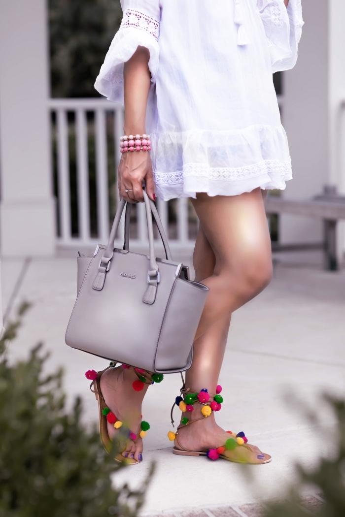 idée robe d'été blanche et courte avec dentelle, exemple comment porter une robe blanche avecsandale femme plate pomponées