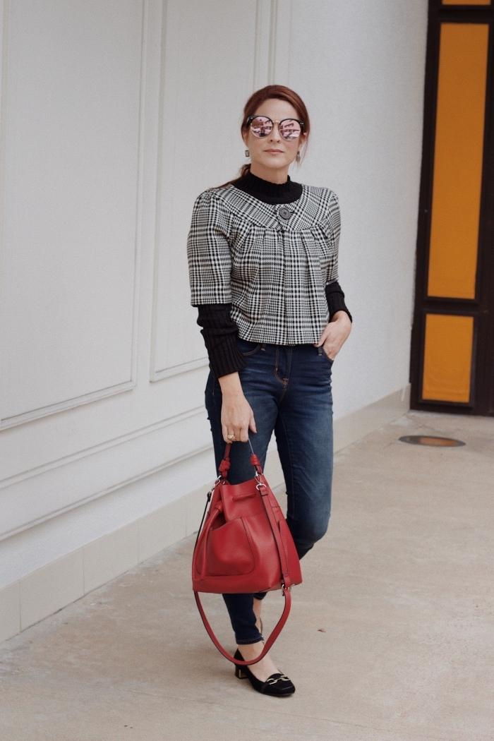 modèle de blouse manches courtes à tissu pied de poule combinée avec chemise noire et jeans foncés femme