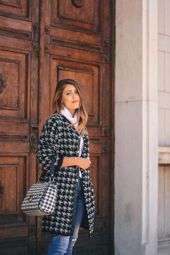 comment bien s'habiller femme, tenue casual smart en jeans clairs combinés avec pull over blanc et manteau blanc et noir