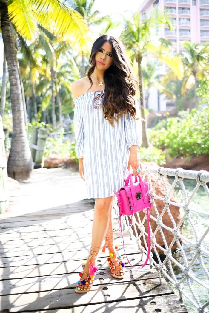 modèle robe d'été courte combinée avec accessoires en rose, modèle de chaussures d'été plates avec pompons