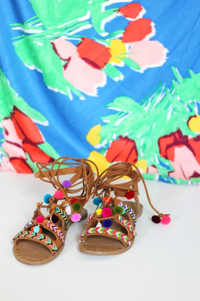 idée créative, customiser ses sandales plates femme avec pompons, diy accessoire mode femme facile et rapide