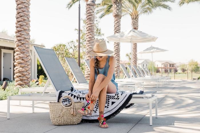 idée tenue de plage avec accessoires capeline et sac à main еn paille, modèle de sandales à pompons multicolore