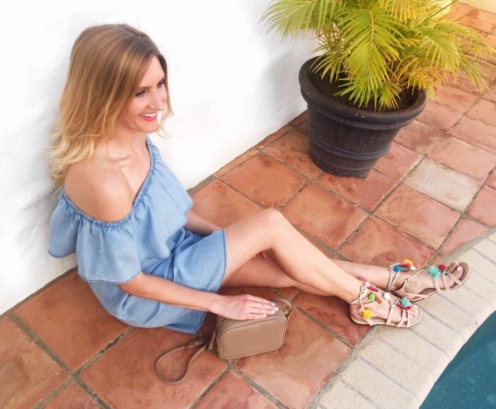 modèle de robe bleue avec décolleté à volant, paire de sandales plates personnalisées avec pompons colorés