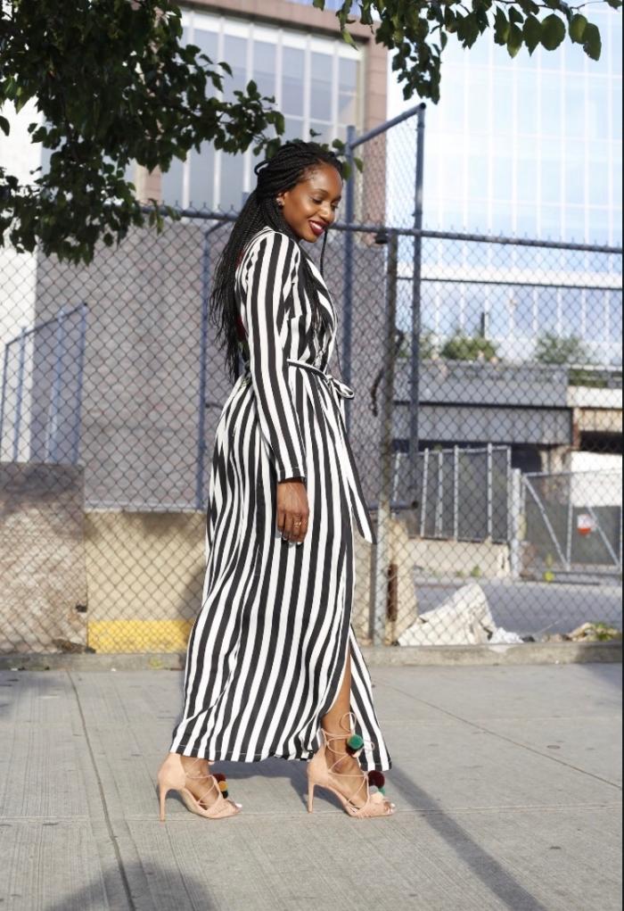 modèle de robe d'été longue en blanc et noir combinée avec sandales hautes décorées de pompons colorés