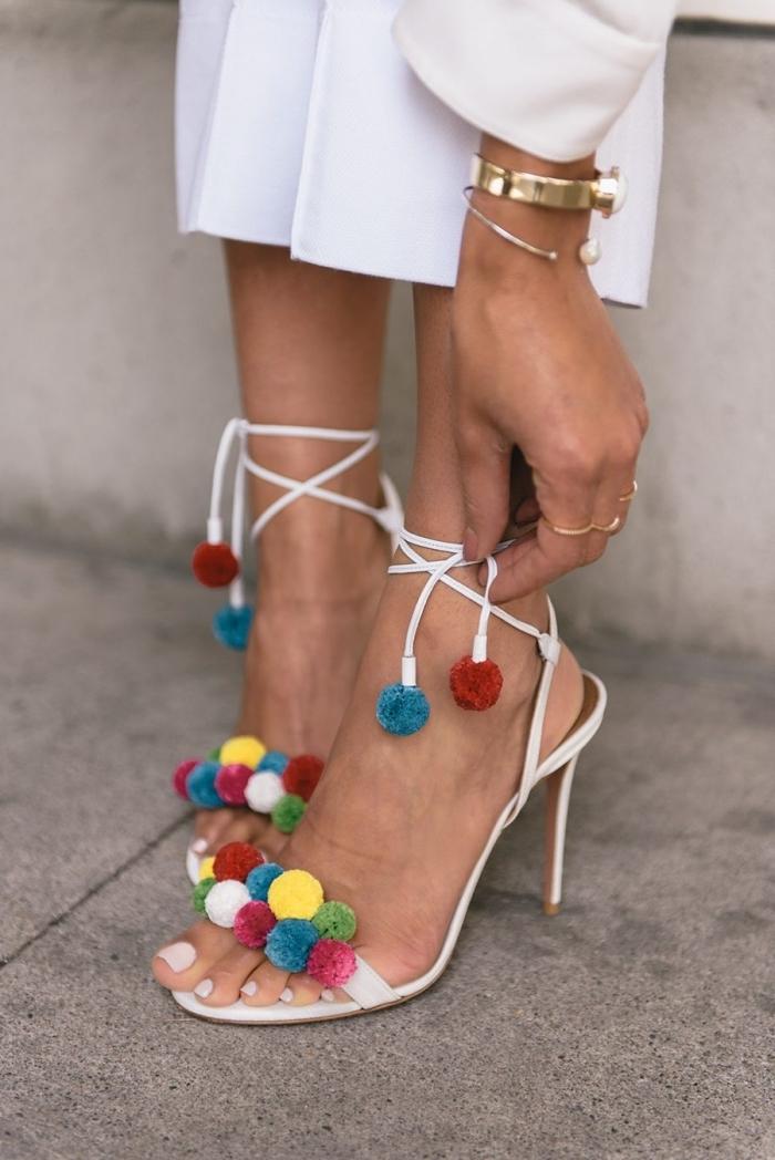 idée vision élégante en tailleur blanc combiné avec sandales hautes décorées de pompons, bijoux femme en or