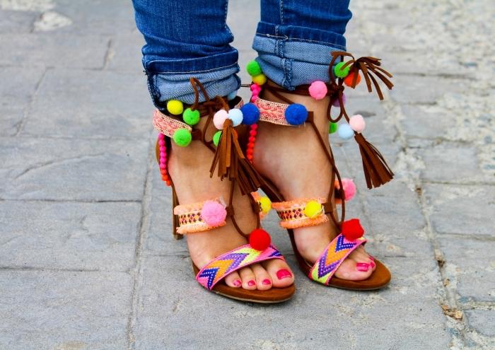 décoration sandales à talon avec mini pompons, idée accessoire mode femme à personnaliser soi-même facile