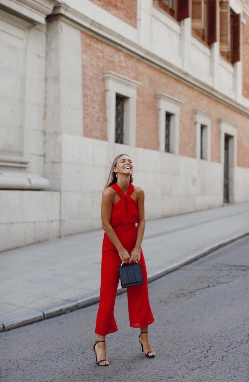 tenue de soirée femme, modèle de combinaison rouge avec pantalon 7/8, idée accessoires noirs pour tenue en rouge