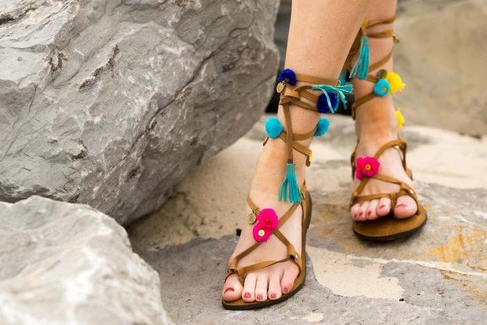 modèles de chaussures d'été customisées avec pompons et glands, activité créative facile pour personnaliser ses sandales