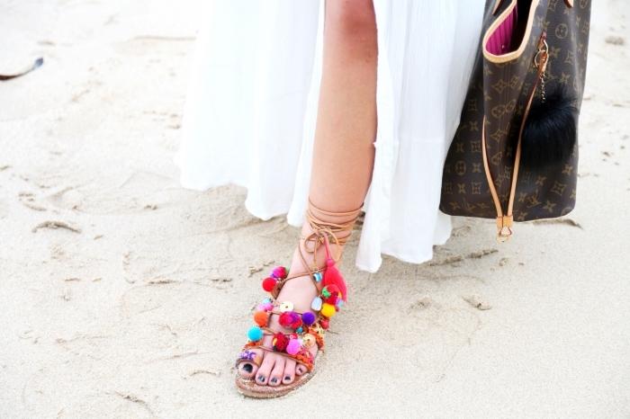 mode bohème chic femme, tenue d'été en robe blanche longue combinée avec sandales gladiateurs customisées