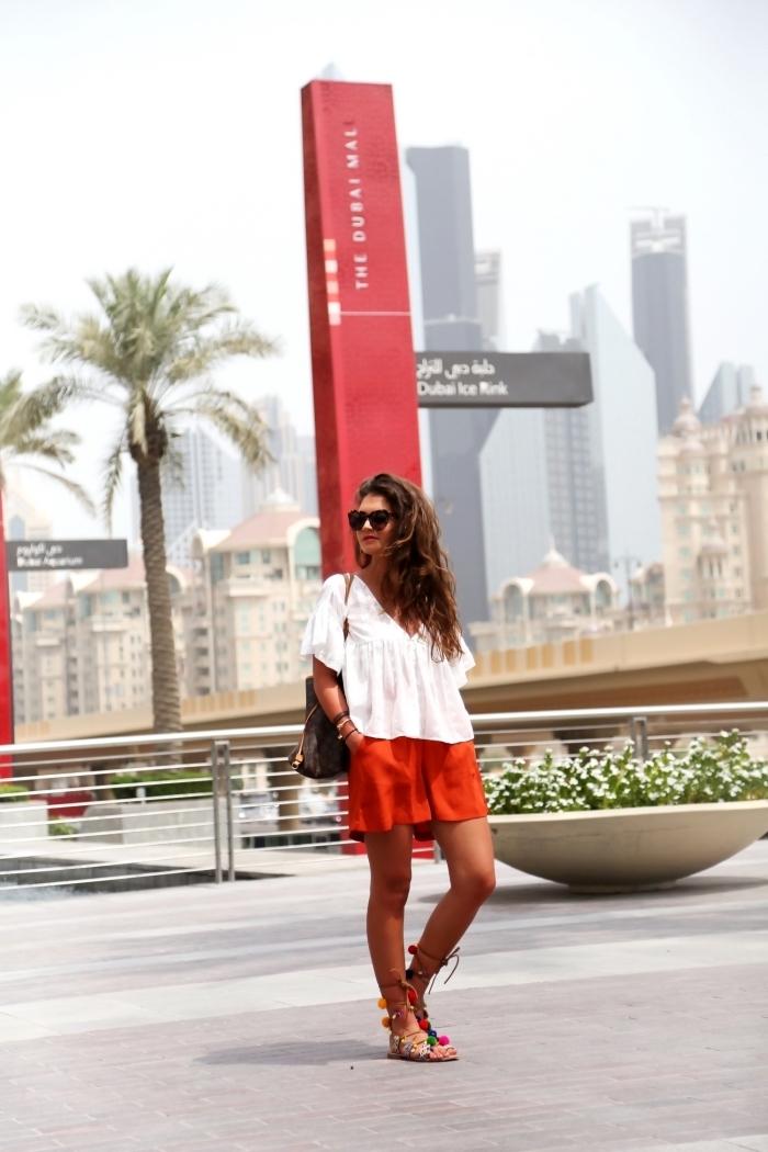 comment bien assortir les couleurs de ses vêtements , idée tenue femme été en blouse blanche et shorts rouges avec sandales pompon DIY