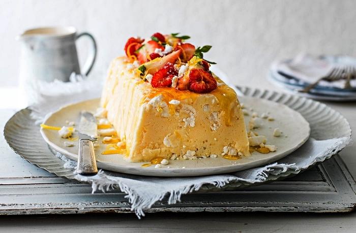 recette de semifreddo au citron et yaourt, dessert d'été glacé au citron, recette de parfait glacé citron et yaourt garni de fruits rouges frais