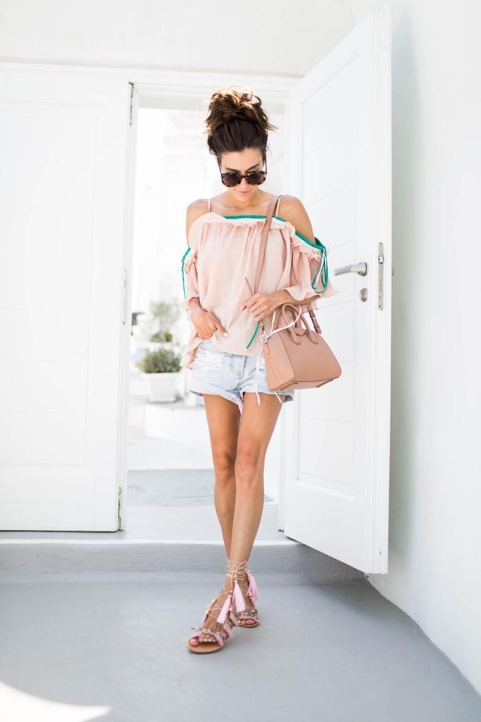 comment bien s'habiller en été, sandales plates femme, modèle de blouse rose avec bandes vert et blanc combinée avec shorts jeans clairs
