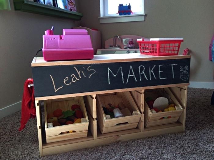 un stand de marché diy en bois avec cagettes ikea knagglig, idée rangement à faire soi même pour un stand de marché enfant