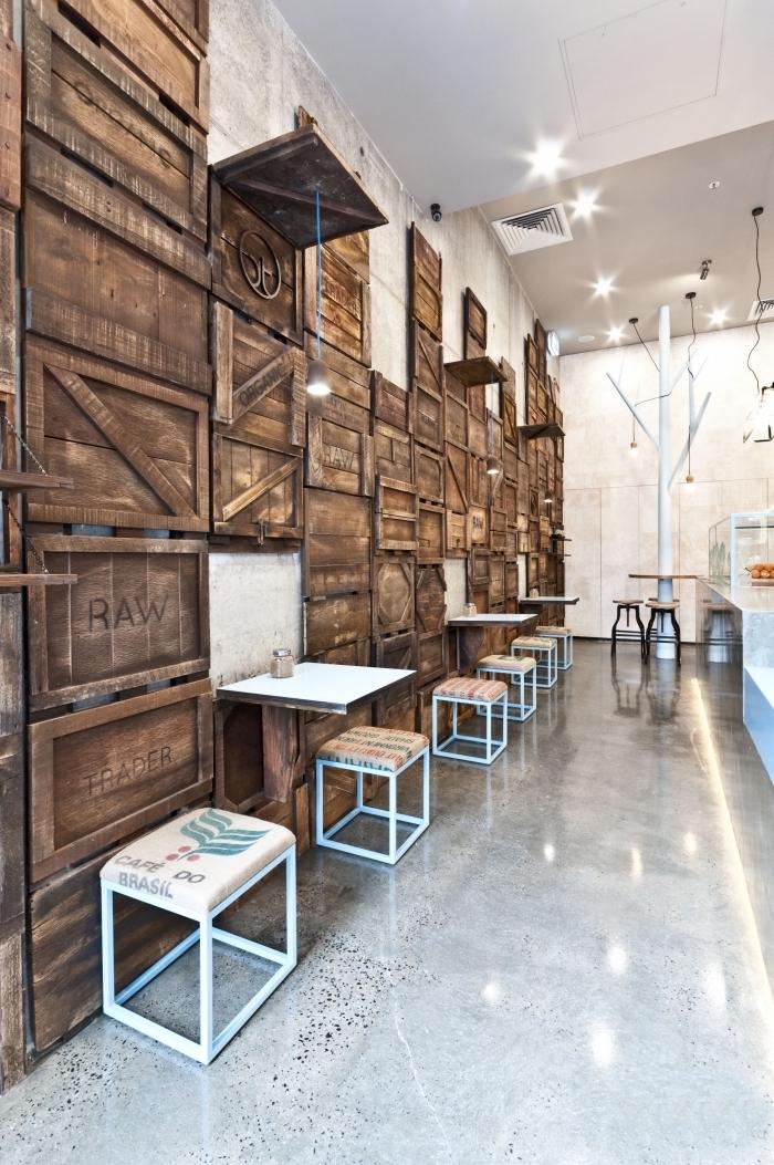 décoration industrielle dans une pièce blanc et gris avec mur d'accent en cassettes bois recyclé, décoration murale bois