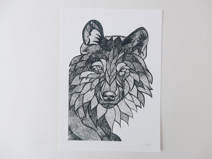dessin de tete de loup graphique avec des détails géométriques à l intérieur, dessin noir et gris sur feuille vierge