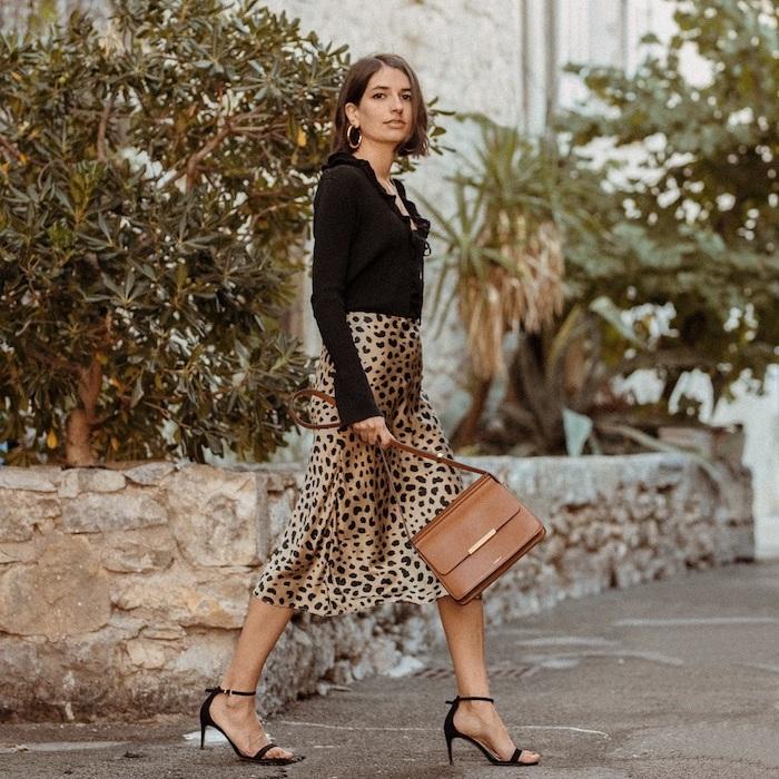 Jupe mi-longue animal motif, sandales à talon, paris semaine de la mode, mode hiver 2019 2020, décontracté chic pour femme moderne