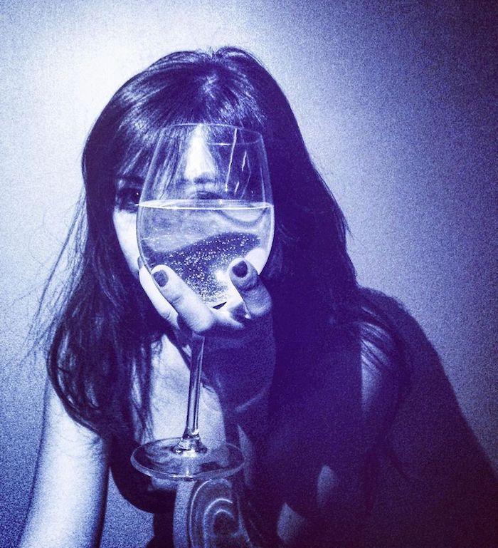 Visage de femme avec verre d'eau, dessin au stylo bleu, dessin photoréaliste, comment dessiner de façon réaliste