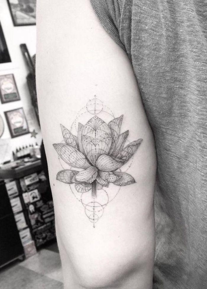 Belle fleur réaliste avec géométriques motifs tatouage epaule, tatouage symbolique fleur de lotus,
