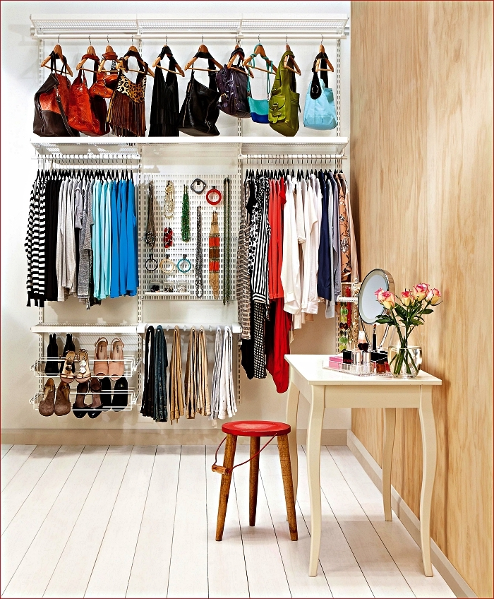 espace dressing avec système de rangement modulaire et une coiffeuse vintage