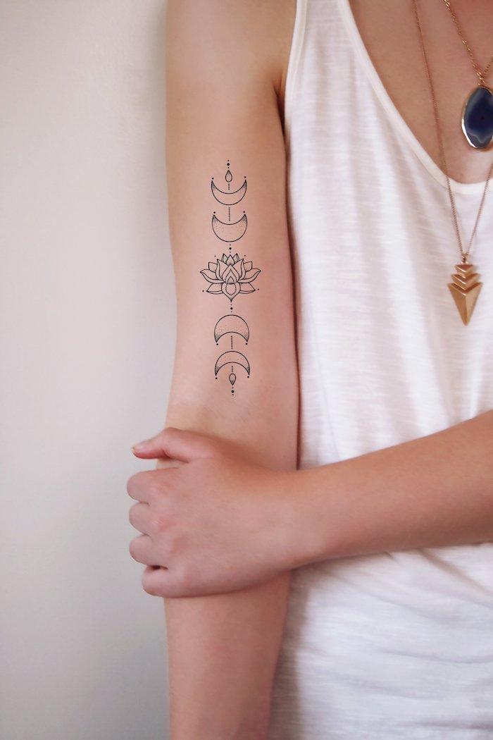 Tatouage avant bras femme, image tatouage thailandais, signification fleur de lotus et lune