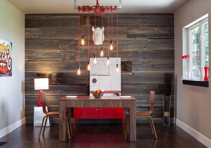 design intérieur moderne avec accents de style rustique, décoration salle à manger avec meubles de bois foncé et pan de mur en planche bois brut