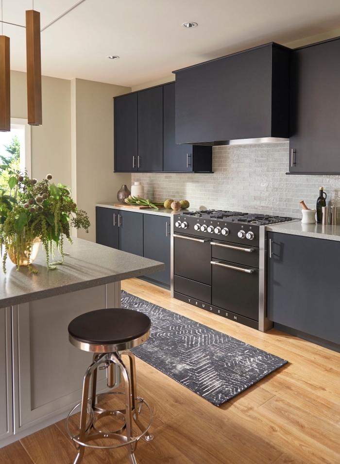 agencement cuisine ouverte en longueur avec îlot central, idée couleur mur cuisine neutre, armoires gris anthracite mat pour cuisine