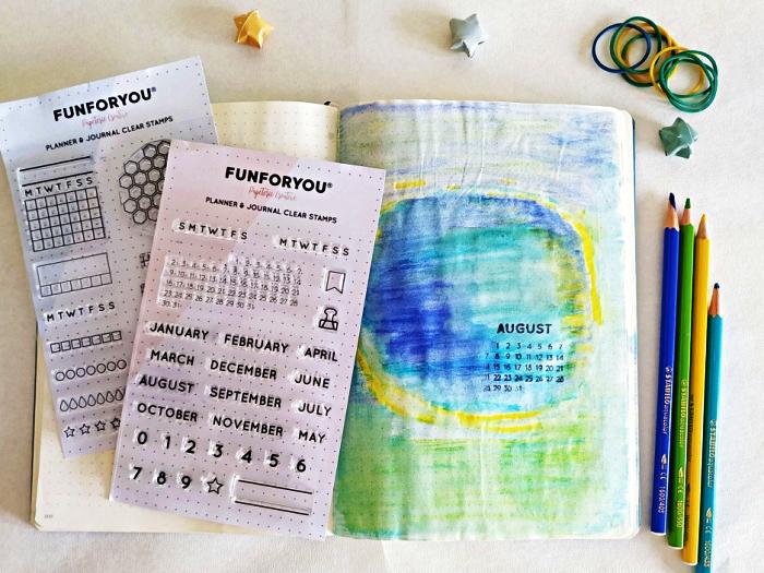 bullet journal page de garde à l'aquarelle avec petit calendrier mensuel réalisé avec des tampons chiffres