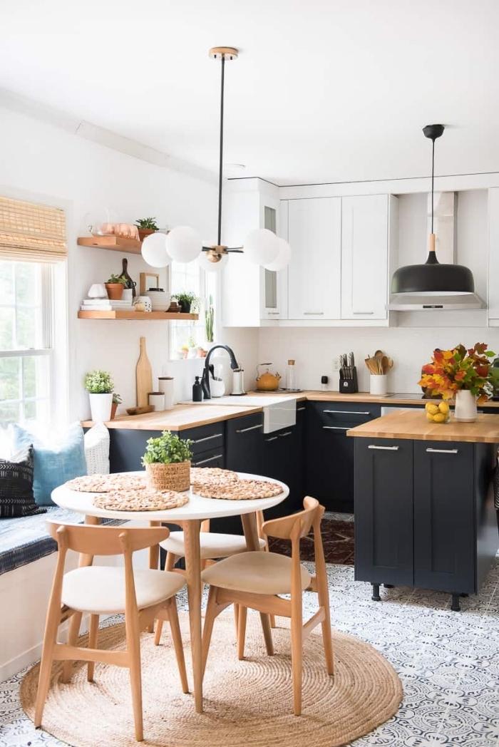 comment aménager une cuisine bois et blanc avec meubles bas cuisine en noir mate, déco petite cuisine ouverte