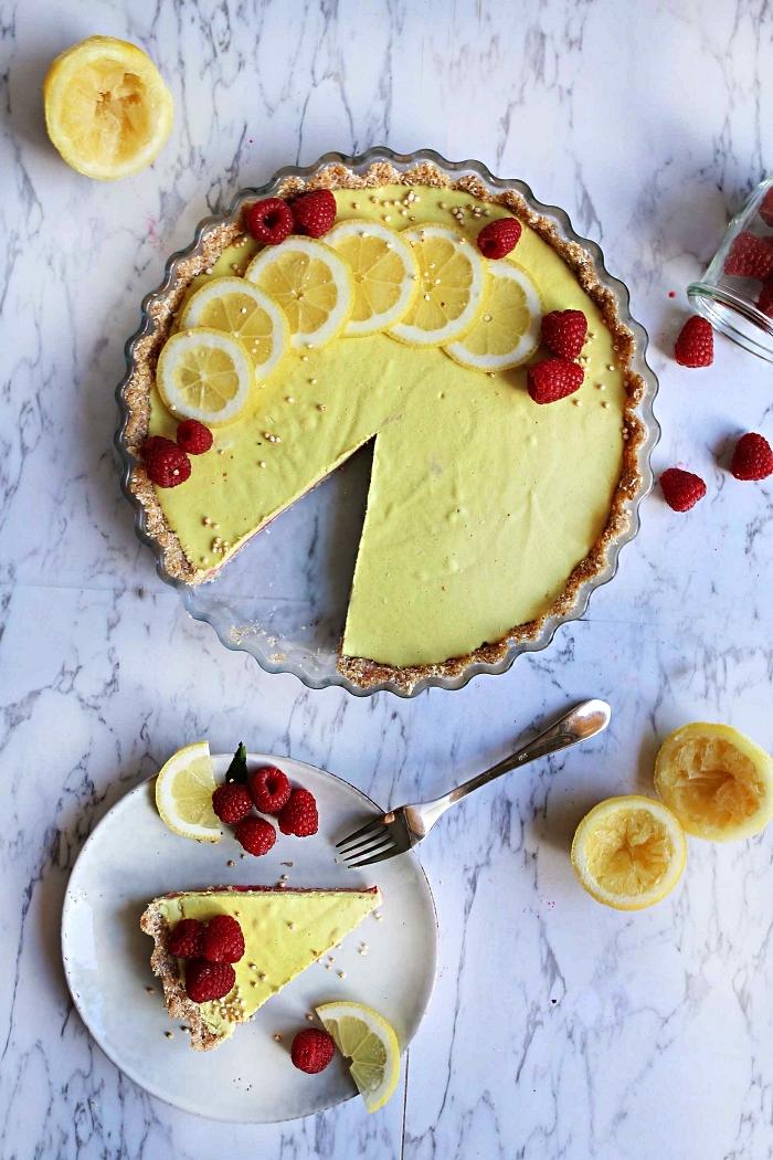 recette healthy de dessert sans cuisson, tarte vegan au citron sur une base de croûte d'amandes et de dattes