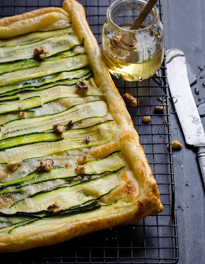 tarte au feuilleté et courgettes coupées en bandes et noix servis avec du miel, feuilleté apéritif simple
