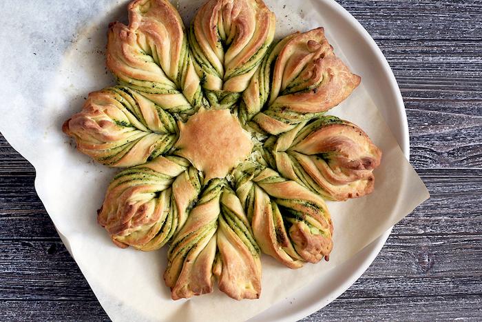 tarte soleil apéro salé avec des rayons torsade pesto, exemple apéro dinatoire pour 10 personnes original