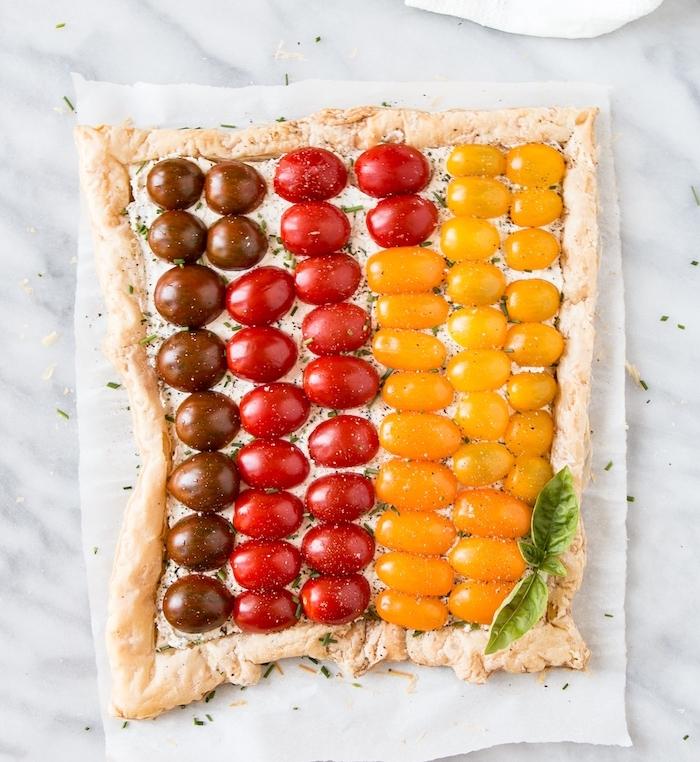 idee apero dinatoire originale de tarte aux tomate cerise de couleurs variées avec fromage à la crème et herbes fraiches