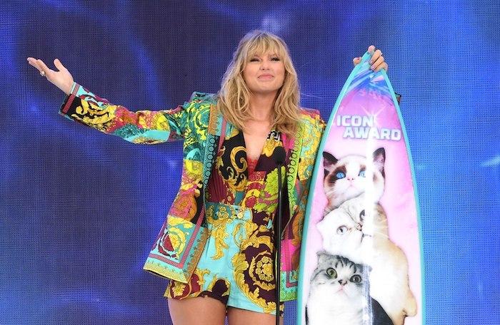 Taylor Swift et son planche de surf personnalisée avec ses chats, cérémonie des Teen Choice Awards 2019