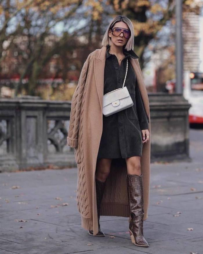 Gilet grande taille longue, bottes brunes, tenue hiver comment s'habiller, tendance automne hiver 2019 2020