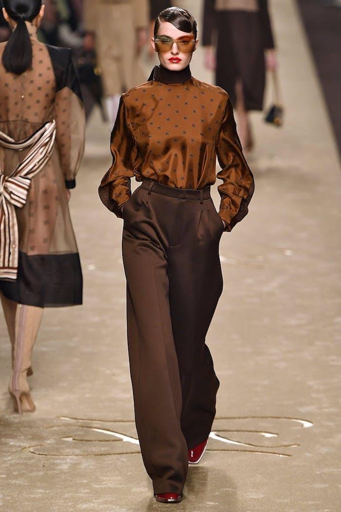 Chemise et pantalon brune, comment bien s'habiller look casual femme tendance automne 2019, lunettes de soleil