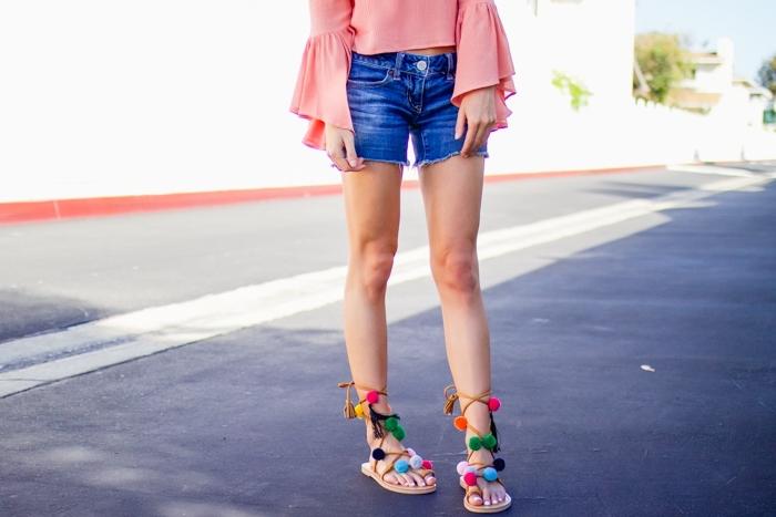 paire de sandale ete customisée avec pompons colorés, idée look d'été en shorts jeans avec blouse rose pastel