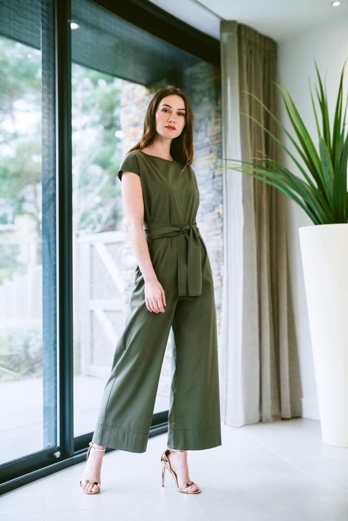 quelle couleur porter à un mariage, modèle de combinaison vert 7/8 combinée avec sandales à talons dorées, tenue de mariage femme en pantalon