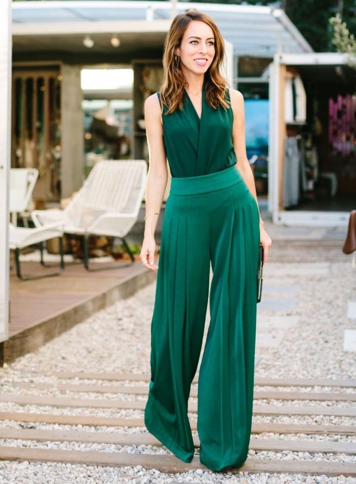 idée quelle couleur porter à un mariage, modèle de combinaison élégant vert avec top à décolleté en V et jambes larges