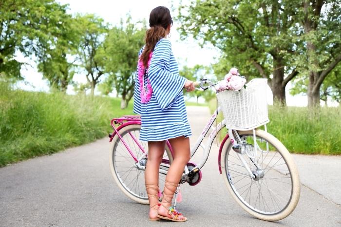 idée tenue d'été casual avec robe tunique et sandales plates, exemple comment customiser ses vieilles sandales