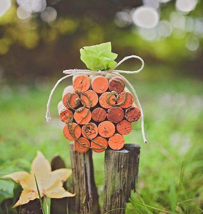 recyclage bouchons de liege décorés de peinture orange pour en faire une citroiille halloween, tige en papier de soie
