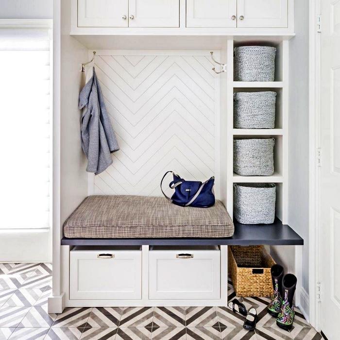 meuble entrée couloir avec banquette, module à caissons et placards haut, entrée en carreaux de ciment graphiques