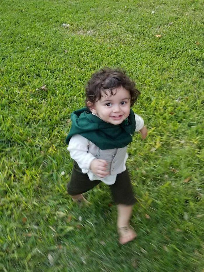 Frodo bébé courant dans le jardin, idée costume drôle pour enfant, déguisement drôle, comment s'habiller pour halloween